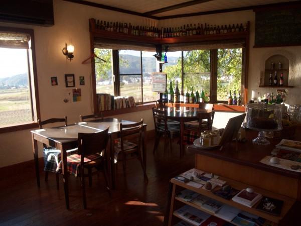 落ち着いた雰囲気の店内。窓の外は明るく開けた景色が広がります。